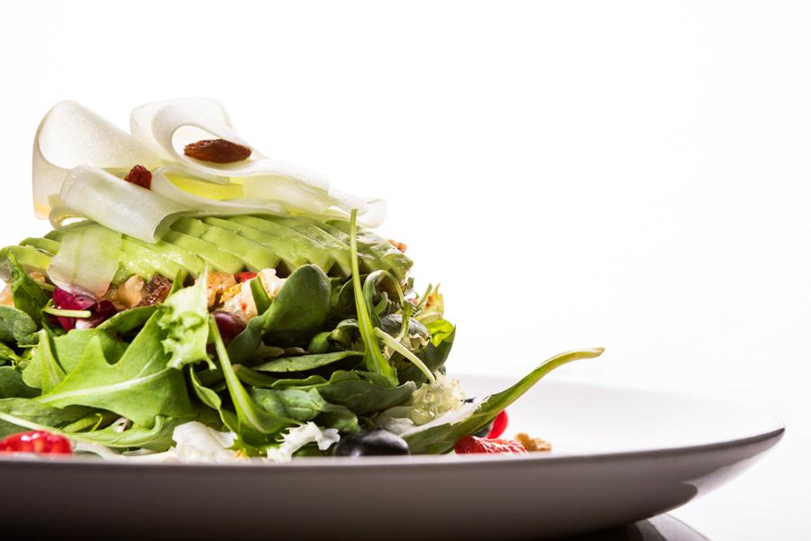 Ensalada Detox con lechuga, espinacas, frutos secos, pepino, aguacate y vinagreta de frutos rojos
