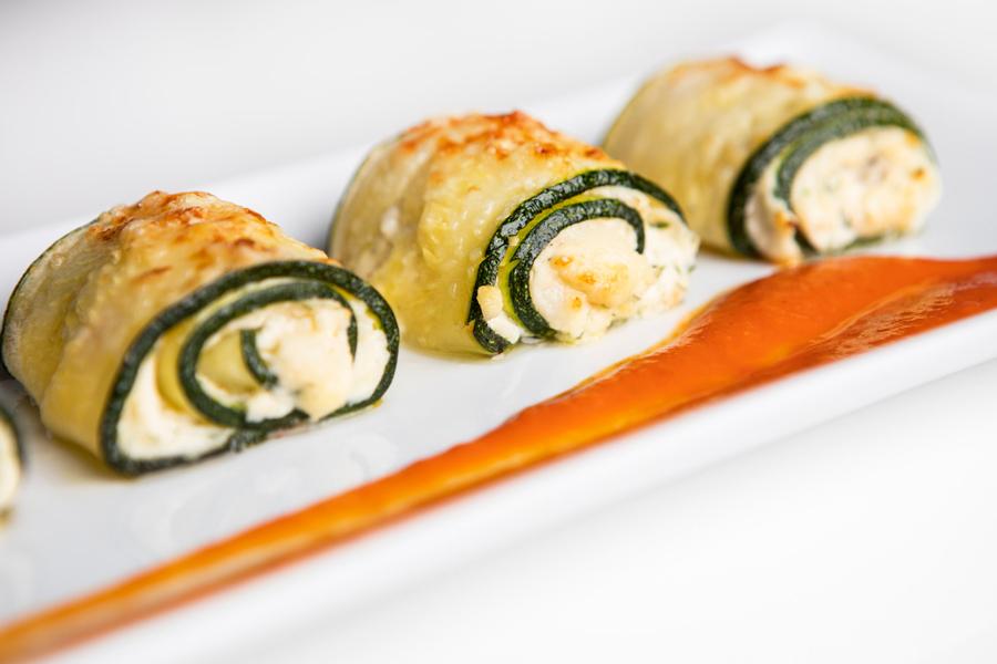 Rollitos de calabacín rellenos de queso y tomate deshidratado