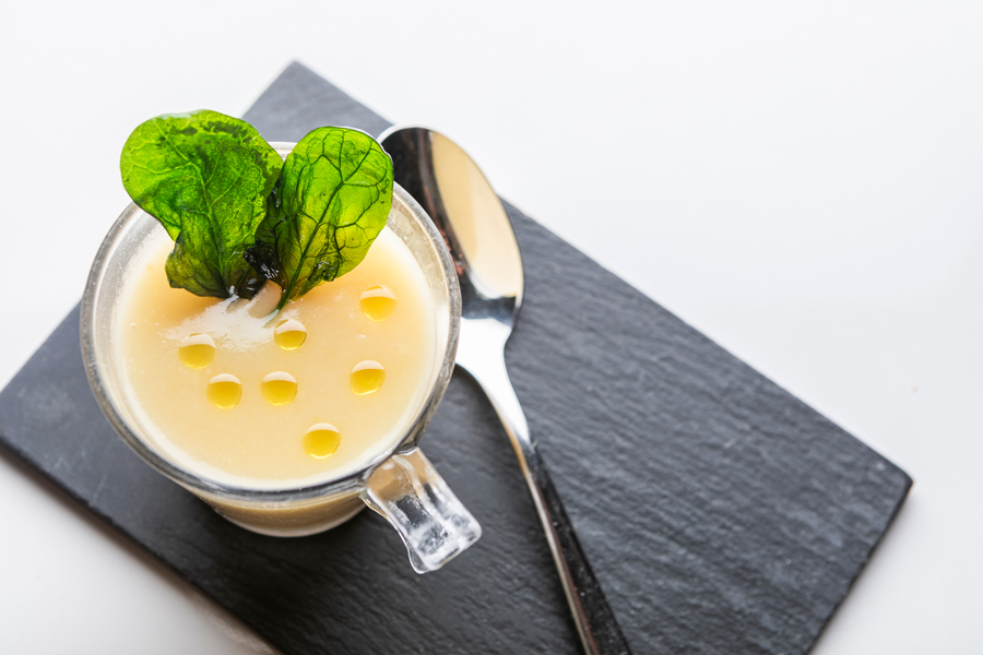Crema de espárragos blancos con crujiente de espinacas